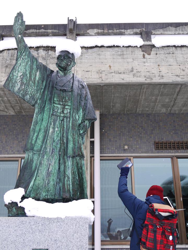 市役所の敷地内に謎の像。 名前は本田秋憲さんという方です。 彼は昔、岐阜県議会議長や古川町長を務めた人物で、昭和31年の 古川町・細江村・小鷹利村の合併に大活躍した古川町の名誉町民だったそうです。 町民なのに像が建っちゃうってすごいですね。 いつかツール・ドも皆さんの町のお役にたって、像が建つほどになりたいものです。(田辺〉