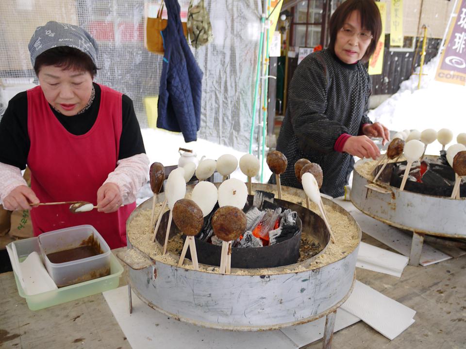 都築さんの「西さん達の五平餅を食べて欲しい!」との 熱いラブコールで、地元の産直へ。 西さんはこれまでも、飛騨市+IIDの「花餅」「こも豆腐」等の ワークショップの講師を担当されています。 なるほど、本来の五平餅はタレに「えごま」を用いるんですね。 飛騨ではえごまのことを「あぶらえ」といいますが、東京ではめったに見かけない一品。 ちなみに「えごま油」というのもあって青魚のような香りがします。 地元民オススメの食べ方を聞いたら、「なんでもつけたらうんまいですよ!」ですって。(田辺)