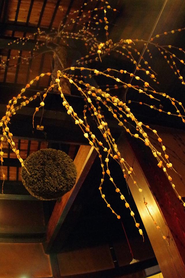 飛騨2日目の宿泊はGuest House ioriに。 飛騨市初の試みだそうで、古民家を改装した宿に一泊3000円で泊まれます。 ドミトリーなので、予期せぬ人と出会えるのが面白いです。 そして、玄関先の天井に花餅発見。 ここに来てやっと出会えました。 そもそも、11月に世田谷ものづくり学校(IID)にて行われた 花餅のワークショップがきっかけだった訳ですが(過去記事) 素敵な出会いを生んでくれた花餅に感謝、感謝です。(田辺)