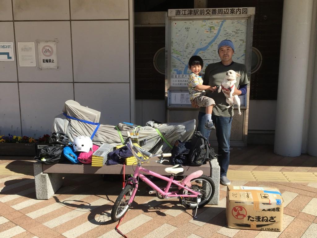 15:00 荷物を無事受け取り、ヤマトのお兄さんにシャッターを押して貰う。持ってきてもらったのはグレーの袋に包んでるロングテールと鍋などが入った段ボール箱。自分が持ってきた荷物と並べてみるとその量に私もお兄さんもウゲッと。