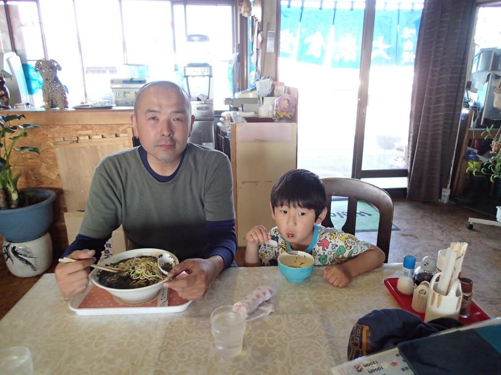 16:20夕飯まで何も食べないわけに行かず、1軒目に出現したいるか食堂に。演歌に出てきそうな、日本海に面したスナック兼食堂。既に呑んでる常連さんもいて、色々と教えてくれた。のりラーメン大盛りをシェア。テンションあげて「地元の海苔っすか?」「いやー、違うんじゃない?」と正直で親切なおばさんでした。