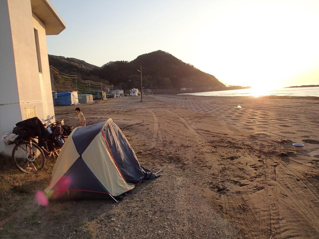 18:00 何とか明るいうちにテントが間に合った。周りに誰もいないのが嬉しいような不安なような。