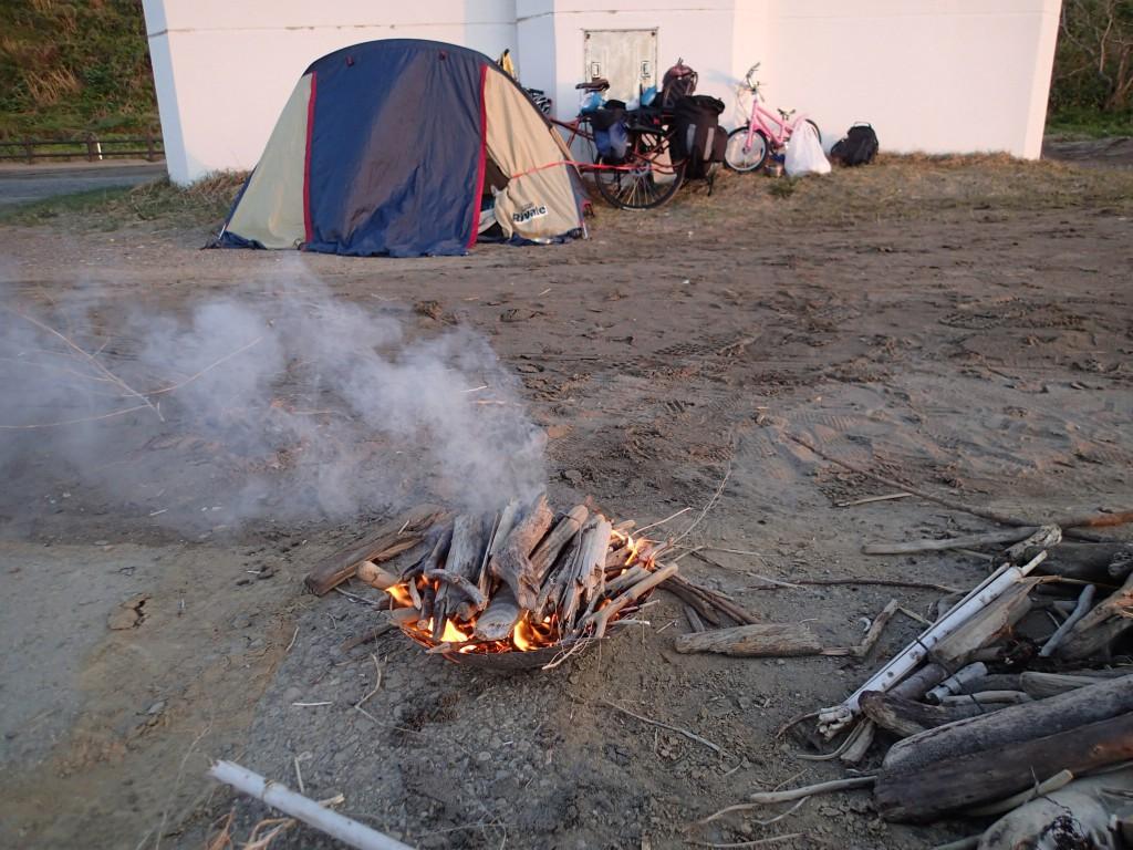 18:15 重いので燃料は持ってこなかったが、都合の良いことに流木や乾いた草が十分に手に入った。火も難なくついた。