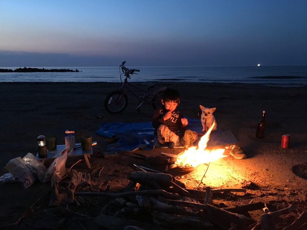 19:00 すっかり日も沈み、焚火がきれいな時間に。日本海と焚火を眺めながら、映画「火宅の人」の緒形拳を思い出した。こちらも負けずにとても良いシーン。