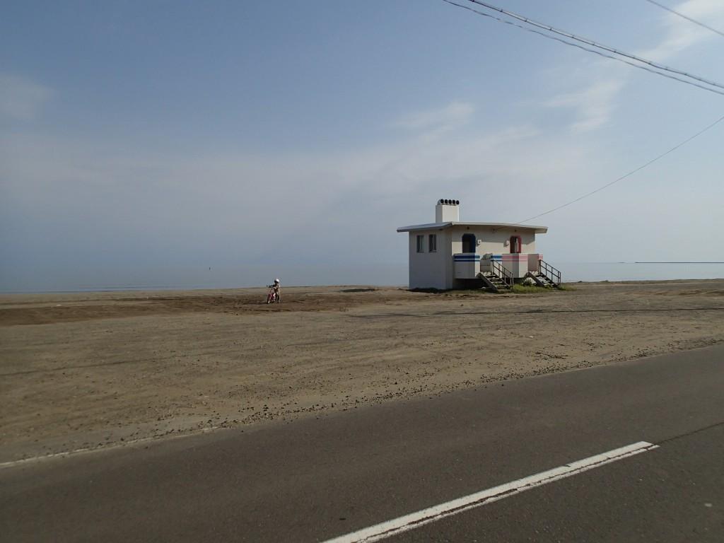 8:00 出発。明るくなって改めて見るとトイレの建物がカルフォルニアのビーチみたいだ。