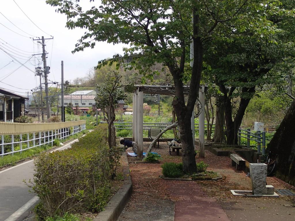 10:35 有馬川駅近くの小さい公園(丹原休憩所)で昼寝。さっきまで眠かったのに楽しすぎて寝れず。