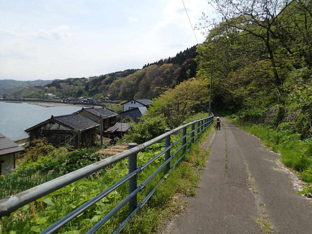 11:00 たまにある坂は押して。山→B→集落→車→海。きれいな里山と民家に挟まれた道を通る絶景ポイント。