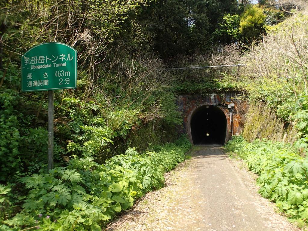 11:10 3個めの乳母岳トンネル。この辺は崖が多くトンネルが頻繁に。