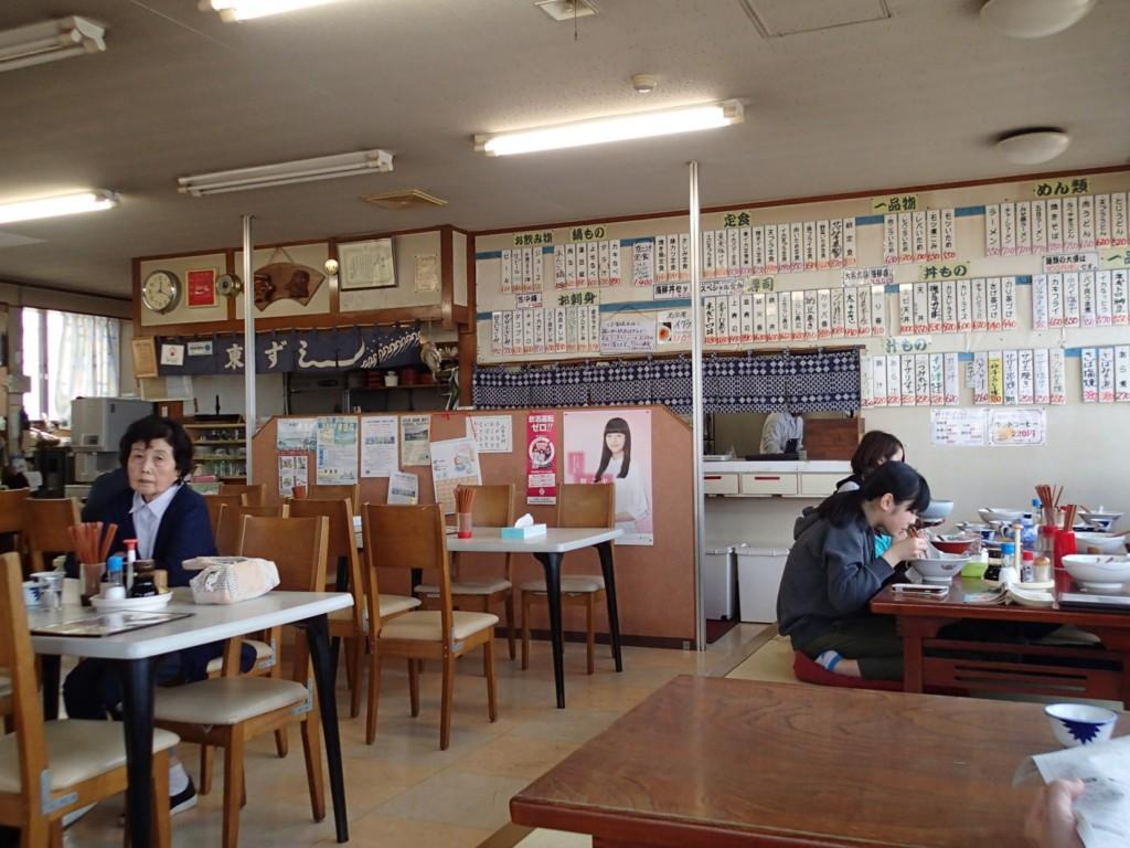 12:20 寿司から焼き魚からラーメンからから揚げまでファミレスよりも幅広い品揃え。そこまで揃うとたいてい美味しくなく見えるが、ここはそうでは無さそう