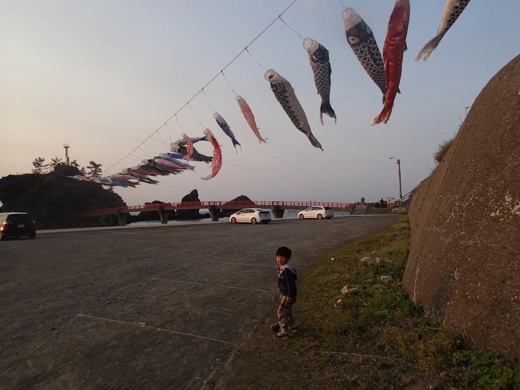 17:00 到着。こどもの日が近いということで鯉のぼりが。これだけ元気に泳いでる時点で風が強いことを気付くべきだった。