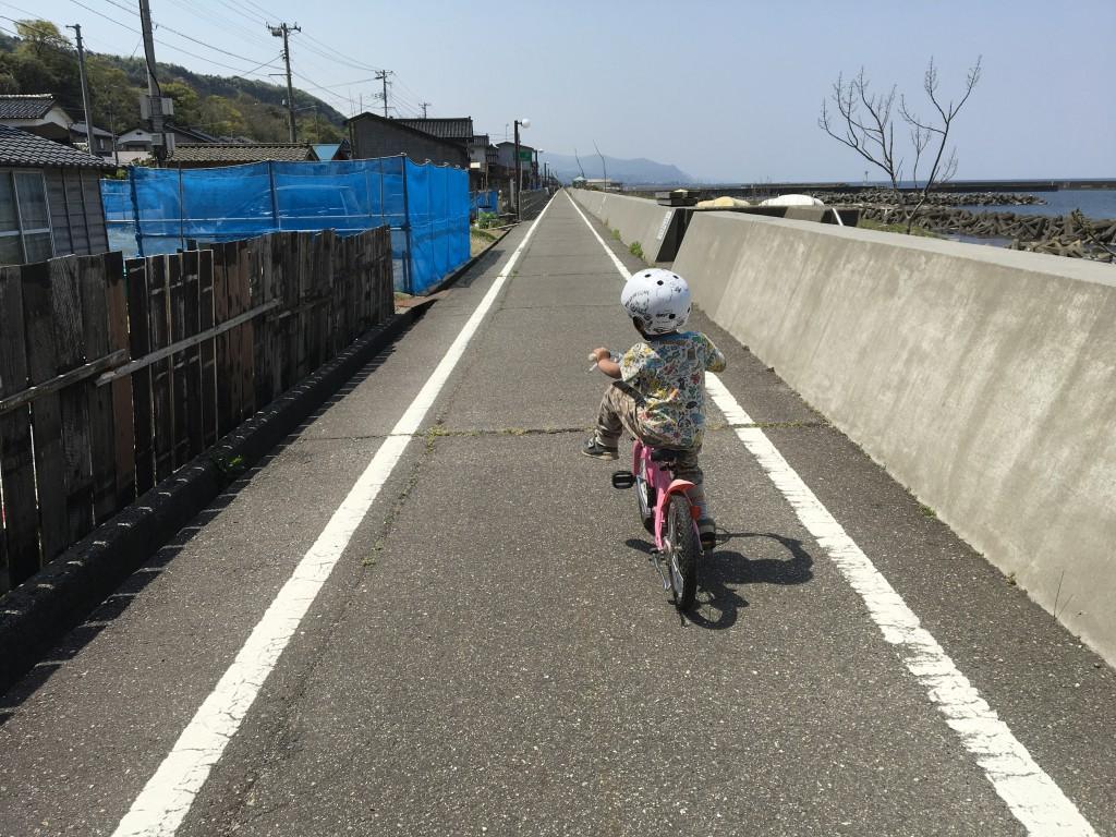11:00 前から見ると半泣き。道は真っ直ぐで黒姫岳に向けてパースが突き刺さる。